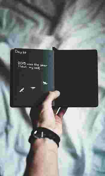 今までの生活に新たに習慣を加えるのは、案外大変だったりするもの。負担に感じてしまうがために、続かなくなるのも致し方ありません。そんなときは、「スクラップ&一言メモ」がおすすめです。 本の帯や補充カード、その本らしい部分をコピーしたものなどをノートに貼り付け、一言メモをそえるだけでOK。「こんな本を読んだ」という記録を残すだけでも、価値がありますよ。