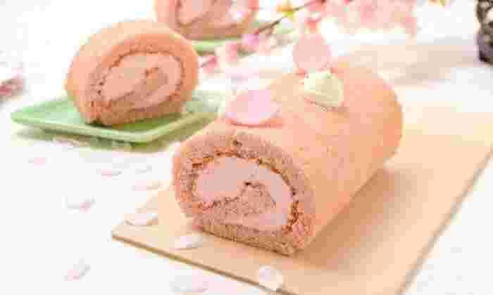 春が訪れた喜びを、スイーツに込めて♪ときめくような桜スイーツをさまざまにご紹介します。こちらは、桜香る和風ロールケーキ。米粉のしっとりした生地に、桜風味のペーストでほのかな香りと桜色をつけています。