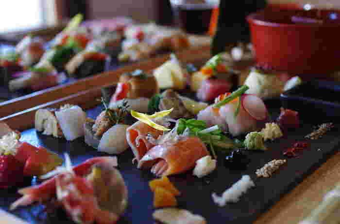 お寿司があるだけで、食卓がパーッと華やかになりますし、テンションも上がります! 今回は、そんなお寿司のお家でできる基本的なレシピから、パーティーにぴったりなレシピまでをご紹介します♪