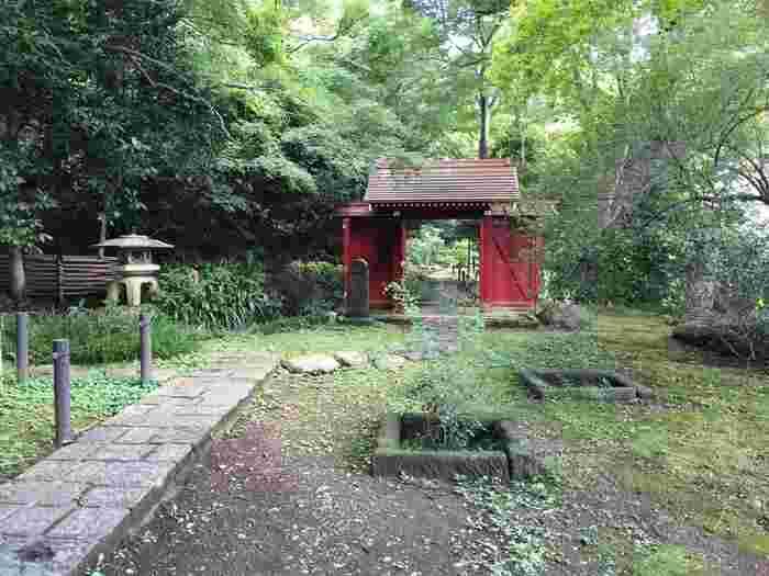 吉田五十八(いそや)によって設計された建物は、寝殿造の要素を盛り込んだもの。約6000坪に及ぶ敷地内には、日本庭園が広がります。