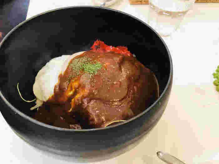 出汁の効いた厚焼き玉子を使ったタマゴサンドや、ロコモコ丼、コクのある美味しいグリーンカレーなど食事メニューが充実しており、評判です。