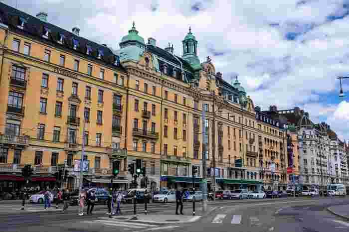 もはや人気も定着している北欧インテリア好きさんやライフスタイルに関心のある方を中心に人気旅行先として定番化しているスウェーデン。  スウェーデンをはじめて旅先に選んだ方のなかでは「あれ、スウェーデン行くけどどこ行けば良いかな?」と悩む方も多い模様です。  そこで今回は、スウェーデンに行くならぜひ行っておきたいスポットを都市別にご紹介。現地でいただきたいグルメやショッピングスポットもみていきましょう♪