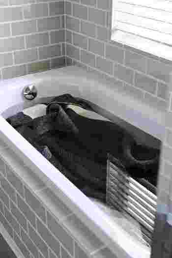 洗える素材の冬物ラグは、浴槽でつけ置き洗いしてキレイにしましょう。天気のいい日に行うのがおすすめです。浴槽に溜めたお湯に洗濯用洗剤を入れ、踏み洗いをします。すすいだら浴槽のフチに掛けて水がしたたり落ちなくなるまで脱水。しっかり干して乾燥させてから収納しましょう。