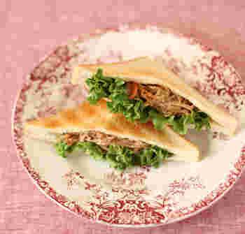 ほんの少し残ってしまいがちなお惣菜を使って、おしゃれなピタトーストサンドに!食パンに切り込みを入れて、ピタパン風にしています。食物繊維など栄養もたっぷりですね。