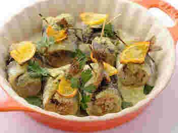 シチリア島で伝統的に食べられているイワシ料理。開いたイワシにオレンジやレモンの皮のすりおろしやレーズン、松の実などを包んで巻き込み、楊枝でとめてオーブンで焼きます。ベッカフィーコとは鳥の名前で、その太った姿に似ていることから名付けられました。