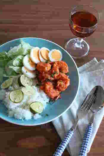 バリなどインドネシアで使われている調味料「サンバルソース」をつかった、アジア風ピリ辛エビチリです。  輸入食品屋さんなどで手に入るサンバルは、トマト、ニンニク、数種類の唐辛子、玉ねぎなどが入っています。