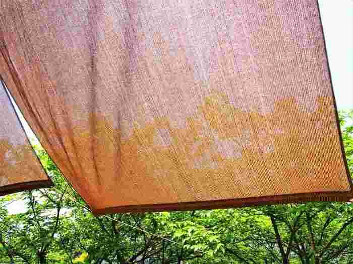 雨の多い日本の夏では布のサンシェードは、濡れそう、汚れそう、手入れが大変そう、とちょっと敬遠しがち。でも、ブラウン系のものを選べは汚れを気にすることなく、気軽に使えるんですよ。