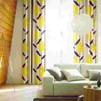 ケイランサスのお花をモチーフにした春色のカーテン。お部屋がぱっと明るくなるイエローは春にぴったりのカラー。柄のカーテンを取り入れる時は、お部屋の色数を抑えるとゴチャゴチャした印象にならずおすすめです。