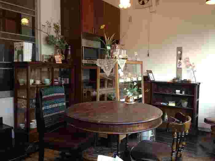 店内はテーブル3つの小さなお店。足踏みミシンをリメイクしたテーブルや温かみ溢れるオーナーさんと、数々の居心地の良さについ通ってしまいそう。