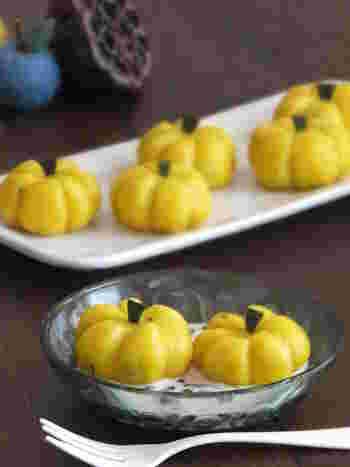 かわいいかぼちゃの形をしたデコ白玉。かぼちゃを混ぜた白玉の中には甘いかぼちゃあんが入っていて、まさにかぼちゃづくし!ハロウィンパーティーなどにもおすすめの、華やかおやつです。