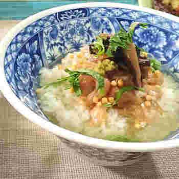 佃煮は白いご飯にのせて食べる他にも、お茶漬けとの相性も抜群。お手軽なランチとしても、お夜食などにもおすすめです。