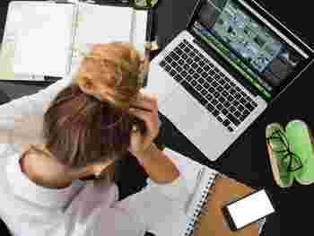 家で1人で仕事をしていると、報告や進捗確認の回数が減り延々と同じ作業を続けてしまいがち。どこまでもこだわることはできるけれどキリがなく、ほかの作業も遅れてしまいますよね。タイマーを使って時間管理を徹底し、時間がきたらひとまず完成させる手抜きテクが大切。ゴールを設けないと無意識のうちに作業ペースも落ちてしまいますよ。