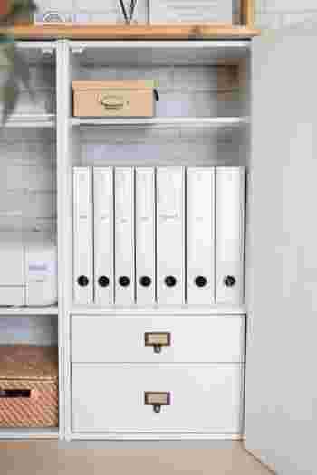 棚の中につっぱり棒を2本取り付け、箱を乗せています。ファイルの上に直接物を置くと、ファイルが取り出しにくくなりますが、この方法ならスムーズですね。