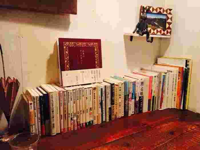落ち着いた雰囲気が漂う店内には、お客さんが自由に読むことができる書籍がたくさん置かれています。そのため、雨林舎には、ついつい長居したくなってしまう不思議な魅力があります。