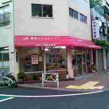 スカイツリーの足元、とうきょうスカイツリー駅からすぐのところにある「東京バウムクーヘン 本社直売所」は、福島県にある自社工場で製造した商品が並ぶお店。おやつタイムはもちろん、ギフトにも良いと地元の方に親しまれています。