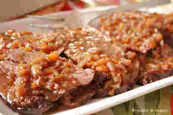 ブラザートとは、肉に焼き色を付けて長時間じっくりと煮込む料理のこと。山間にあり、寒さも厳しいピエモンテの人々を温める家庭料理です。