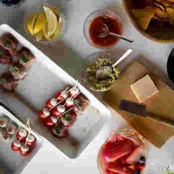出来た料理を一時置きして、彩りを考えながらメインのお皿に盛り付ける。長方形サイズは、調理中のトレーとしても使っても便利です。
