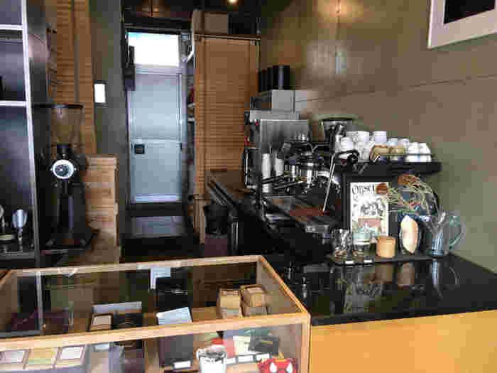 三軒茶屋駅から徒歩3分のところにある「Obscura Laboratory(オブスキュラ ラボラトリー)」は、三軒茶屋エリアでカフェやマート、ファクトリーなどを展開するオブスキュラロースタリーのひとつ。こちらでは、焙煎したばかりの新鮮なコーヒー豆の販売と、エスプレッソをメインにしたコーヒーがテイクアウトできます。