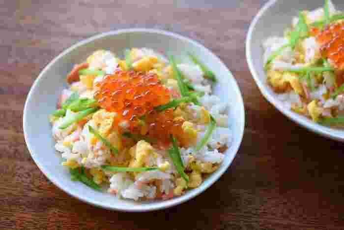 材料さえ用意すればパパっと10分で作れる、色鮮やかなちらし寿司風の混ぜご飯です。仕上げにイクラをのせると豪華さアップ。