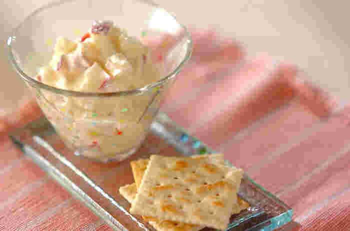 りんごをきれいに洗い、レモンとクリームチーズに混ぜ合わせます。 はちみつを入れることで程よい甘みがプラスされます。 甘さと塩気のバランスが絶妙。