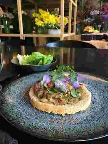 デンマークの伝統料理、スモーブローが人気♪お料理にも美しいお花があしらわれており、見た目にも華やかです。落ち着いた空間ですが、お子様連れも可能です。
