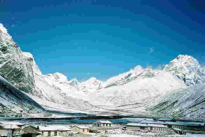 エベレスト街道とは、ヒマラヤ最高峰であり世界最高峰でもあるエベレストを抱くクーンブ山群を歩くトレッキング・コースです。トレッキング・コースは、初心者向けから上級者向けのものなど様々なルートがあります。それなりの体力は必要となりますが、エベレスト(8848メートル)、ローツェ(8516メートル)、マカルー(8463メートル)といったヒマラヤの名だたる名峰を目にしたとき瞬間は、一生忘れることのない感動を味わうことができるでしょう。