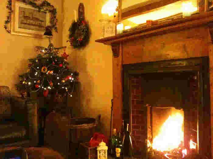 クリスマスリースやツリー、キャンドルの飾りは、シンプルだけどほっこり温まるデザインが北欧風です。