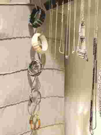 「S字フック」をタテにつなげて「ブレスレット」の収納に。これならたくさんかけられて、省スペース。一目でどこに何があるのかが分かりますね!また、「ネックレス」も吊るしておけば絡まらずに使えますよ。