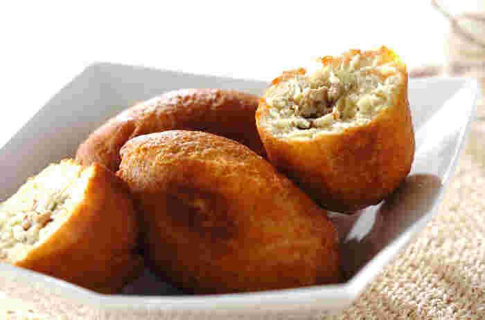 余った餃子、パン生地にはホットケーキミックスを使って作るので、とっても気軽にできる餃子ピロシキ。ランチタイムにもぴったりですね。