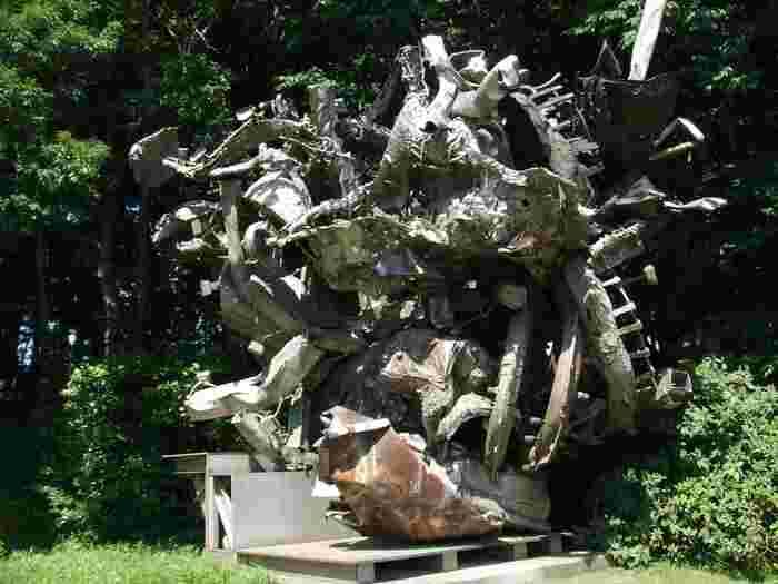 外の空間に建つステラの彫刻作品。他にヘンリー・ムーアの作品も目にすることができます。