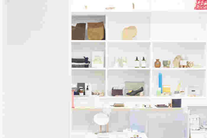 作られる過程や作り手の思い、そして使う人の心地よさや楽しさを考えたアイテムが並ぶお店が「HOEK」です。何だろう?そんなワクワクに溢れた雑貨との出会いがあります。  そんなHOEKさんで見つけた、ちょっぴりユニークなインテリア雑貨をご紹介♪気になるアイテムがあったら、是非オンラインショップや店舗をのぞいてみて下さいね。