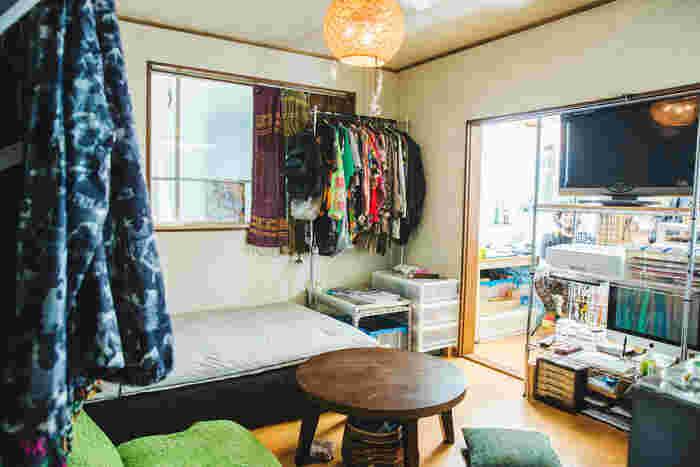 岡本さんのお住まいは、手前が生活スペース、奥が作業場となっている1LDK