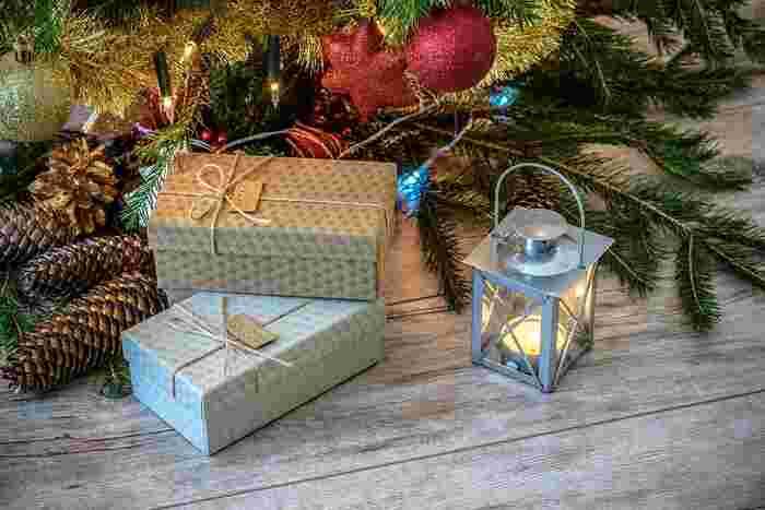 贈り物をもらった瞬間、包みを開ける瞬間、贈った人のその瞬間を想いながら、包んでいく作業、とても素敵だと思いませんか?瞬間を楽しむ贈り物。今年のクリスマスは、是非大人シックにオリジナルのラッピングを楽しんで見てくださいね。きっと贈った方の笑顔を見ることができますよ♪