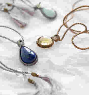 涼しげな透明感や艶など、一つ一つ表情が異なる天然石。シルクコードを編んでストーンを包んで作ったマクラメネックレスは、シンプルな夏の装いのワンポイントになってくれます。