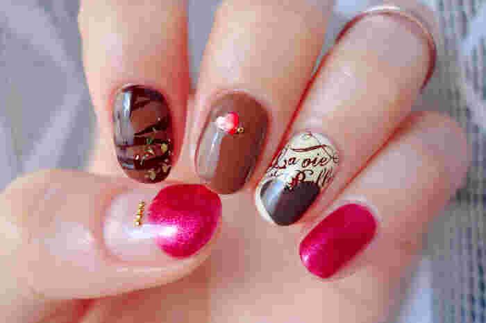 チョコレート柄と赤い包み紙のデザインがかわいい「バレンタインネイル」。チョコソースをまとったような人差し指やスタンピングした薬指のデザインでグッとバレンタインっぽくなりますね。ハートのポイントも素敵です。
