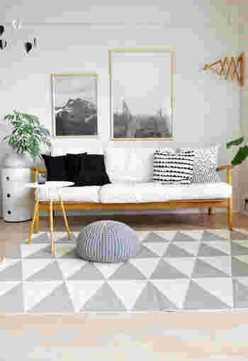 背丈の低いソファの上は、大きなスペースが生まれます。 こんなモノトーンのポスターを飾れば、リビングがモダンな雰囲気に。 お客様も自信を持って招くことができそうです。