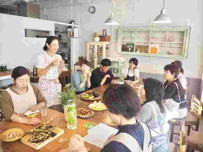 カフェなどを会場としての旬の野菜を使った料理教室は毎回盛況です。 農家が教えるとあって主婦を中心に人気のこのようなイベントは、後で告知するファーマーズマーケットのリアル店舗で今後も展開されるようです。