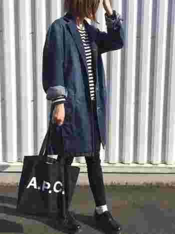 こちらはA.P.Cのブランドロゴがおしゃれなデニム素材のトートバッグ。agnes b.のボーダーTシャツと組み合わせた、フレンチシックな着こなしがとっても素敵ですね。コーディネート全体をシックなカラーでまとめることも、デニムを大人っぽく着こなすための大事なポイントです。
