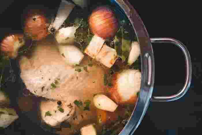 圧力鍋は通常の鍋とは違い、高圧・高温で調理できるのが特徴です。これにより調理時間が短縮されるので、光熱費の節約にもなるというメリットも。短時間で美味しく調理できてお財布にも優しい圧力鍋は、使えば使うほど手放せなくなりそうですね。