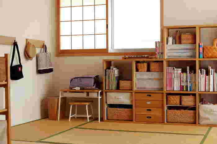 教材がまとめられた棚の近くに収納するのもおすすめ。教材とランドセルの置き場が近いほど、使いやすくなります。