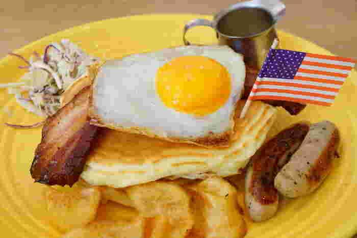 アメリカンなメニューが人気。パンケーキとベーコンエッグの組み合わせはボリューム満点で、キャラメル味のシロップ添えがカリフォルニア風。