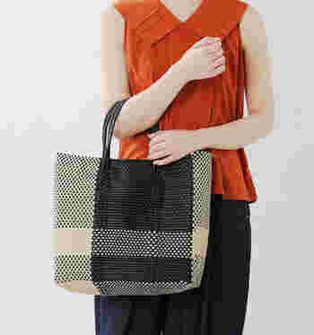 大きくクロスした大人っぽいデザインのバッグです。シックな装いにも似合う落ち着いた雰囲気ですね。