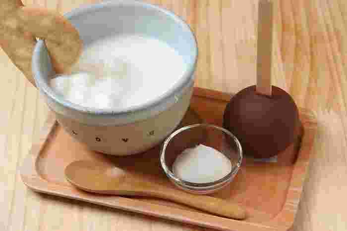 ホットスティックチョコレートは、あたたかなミルクで溶かしながら食べる新感覚のチョコレートデザートです。フレーバーもアールグレイやシナモン、期間限定の味まで8種類ほどから選べます。テイクアウトも可能ですよ。