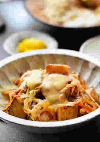 厚揚げとたっぷりの野菜に、キムチとチーズが加わったお手軽レシピ。長芋やもやしの食感も楽しめる一品です。ボリューム満点で、白ごはんともよく合いますよ。