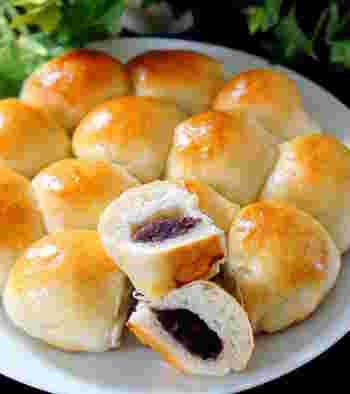 パン生地はホームベーカリーで簡単に。パン生地を伸ばす時に餡を中に入れてお団子にするだけで、売り物のような餡パンの出来上がりです。