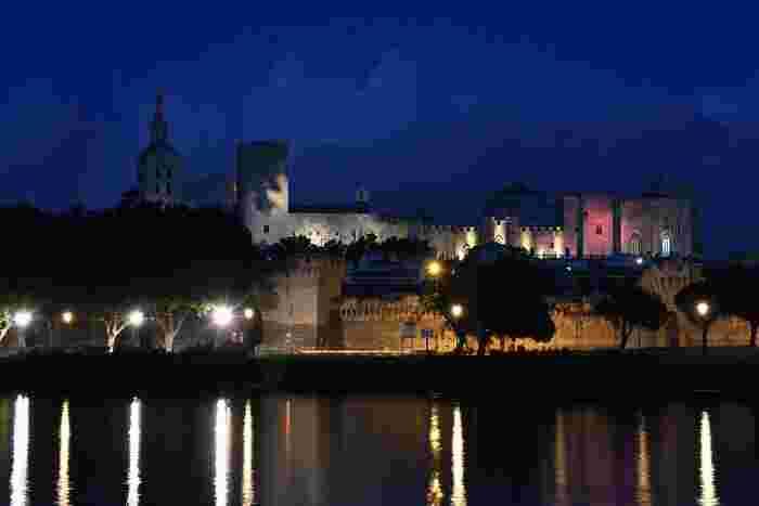 法王庁宮殿は夜になるとライトアップが施されます。闇夜に浮かび上がる法王庁宮殿の姿は、壮麗で息を呑むほど美しく、まるで一枚の絵画であるかのようです。