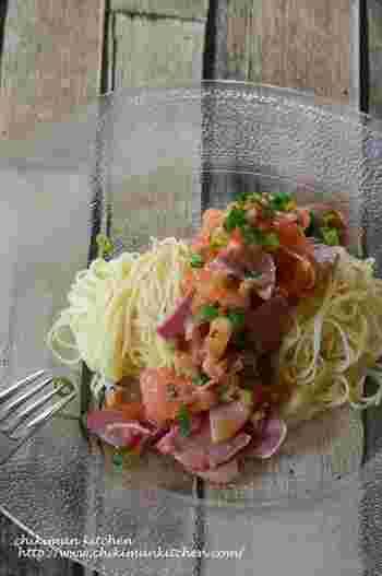 好相性の梅とトマトに、スモークタンとザーサイを合わせた冷製パスタ。おつまみで販売されているスモークタンを使えば、簡単です。ザーサイも、意外なほどよくなじみます。