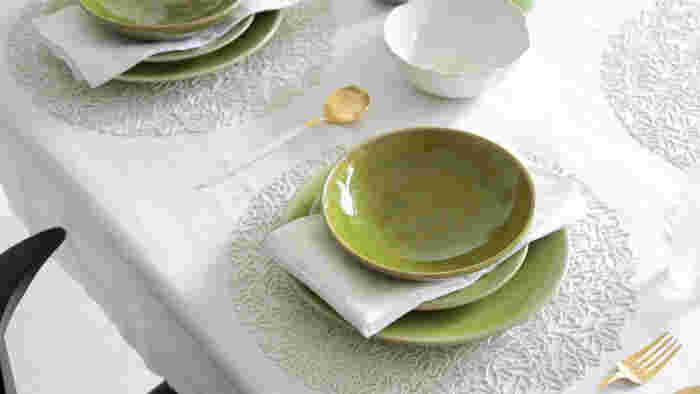 テーブルウェアとは、食器、カトラリー、グラスなどのことをいいます。洋食器は、ディナープレート(26~27cm)、サラダプレート(21~23cm)、ケーキプレート(18~19cm)に、あとはシリアルボウルとカップがあればいいようです。