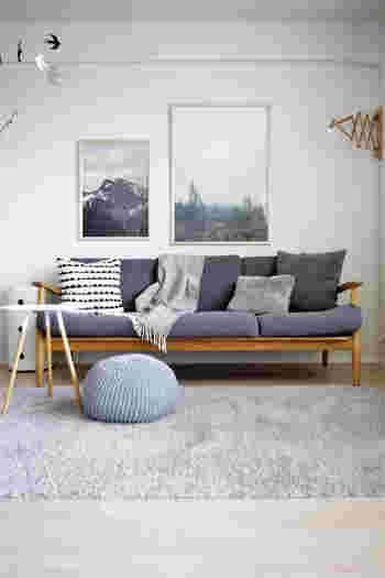 同じグレーでも濃淡をつけるだけでスタイリッシュにまとまっています。ソファーの土台や手すり部分に木が使われていることで、温かみを感じられる北欧風のお部屋に。