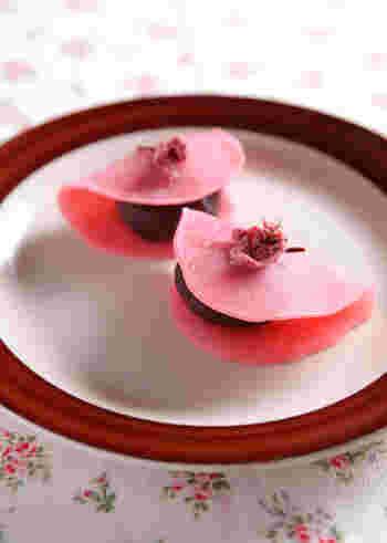こちらは桜の塩漬けがのった和菓子。口に入れた瞬間、広がる桜の風味。これがまたいい。「桜」のお菓子もこの季節ならではですね。